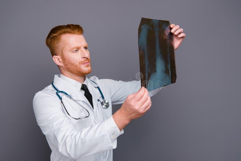 Retrato del doctor tranquilo que mira problema en imagen aislado en dar fotos de archivo