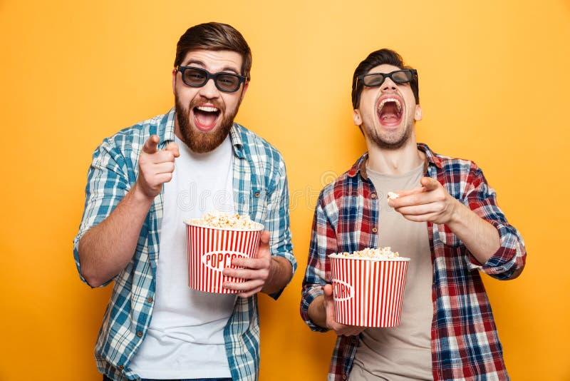 Retrato del dos hombres jovenes alegres en los vidrios 3d imágenes de archivo libres de regalías