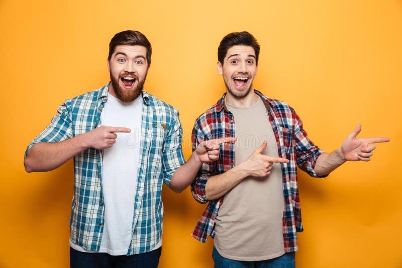 Retrato del dos hombres jovenes felices imagen de archivo libre de regalías