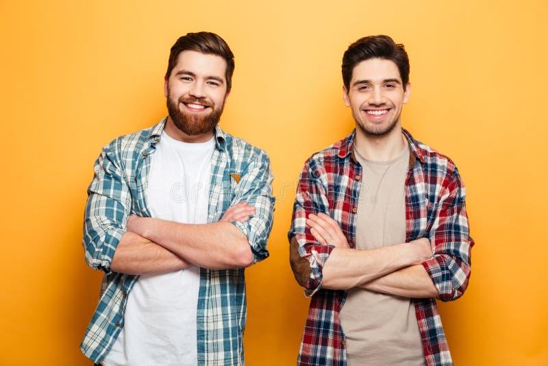 Retrato del dos hombres jovenes sonrientes imagen de archivo libre de regalías