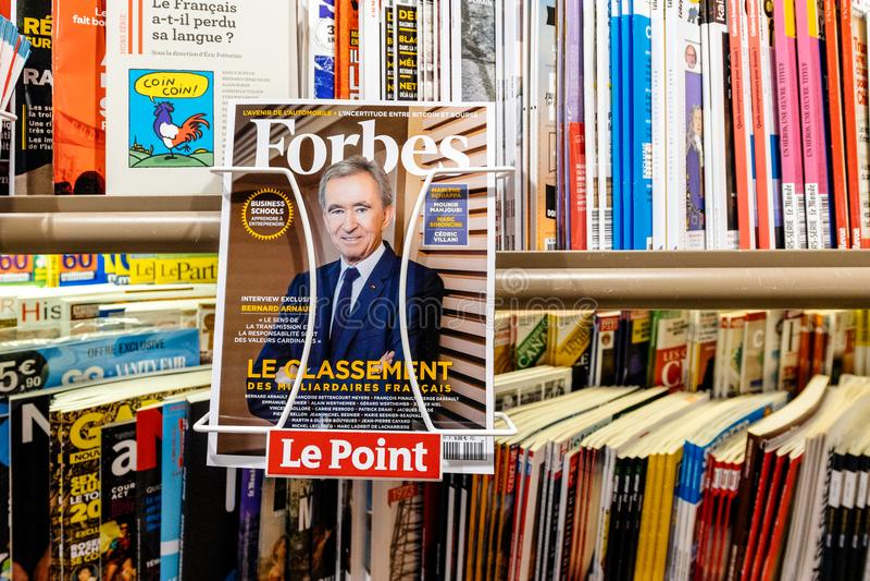 Retrato del dueño Bernard Arnault de LVMH en el quiosco de la prensa en Forbes foto de archivo libre de regalías