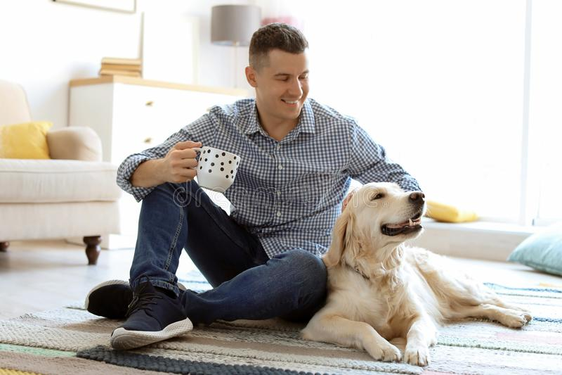 Retrato del dueño con su perro amistoso imágenes de archivo libres de regalías