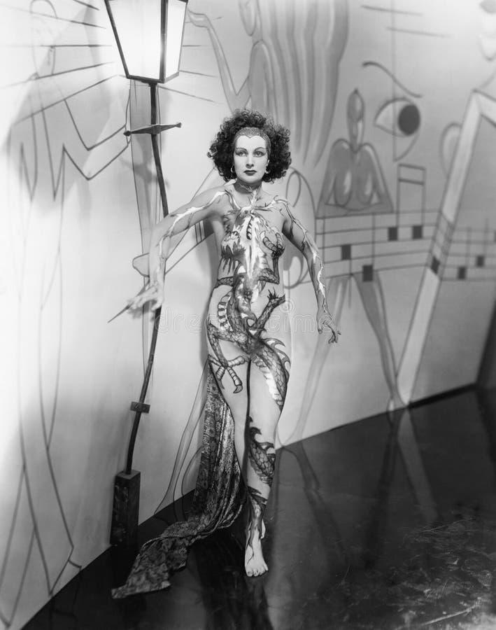 Retrato del ejecutante femenino con el cuerpo pintado (todas las personas representadas no son vivas más largo y ningún estado ex fotografía de archivo