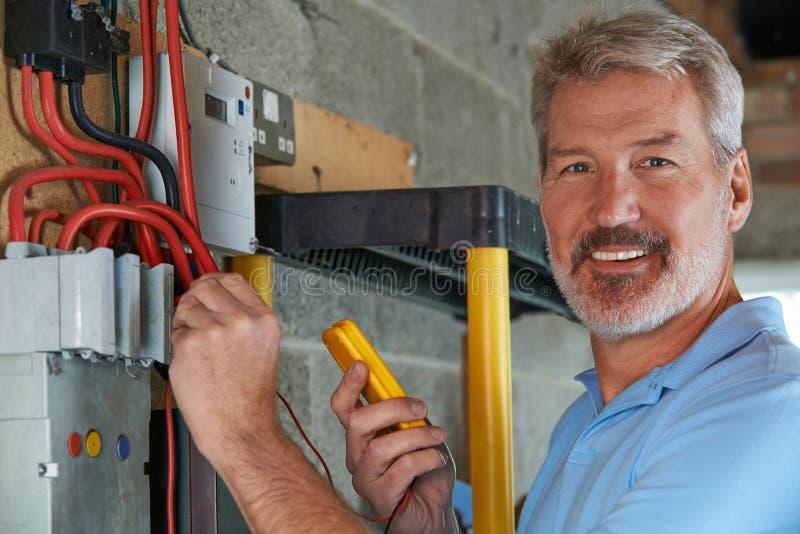 Retrato del electricista Standing Next To Fuseboard fotos de archivo