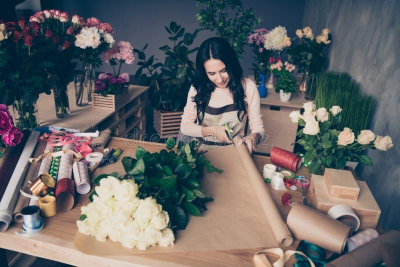 Retrato del empleado de pelo ondulado concentrado magnífico dulce encantador precioso atractivo agradable de la señora que prepar fotografía de archivo libre de regalías