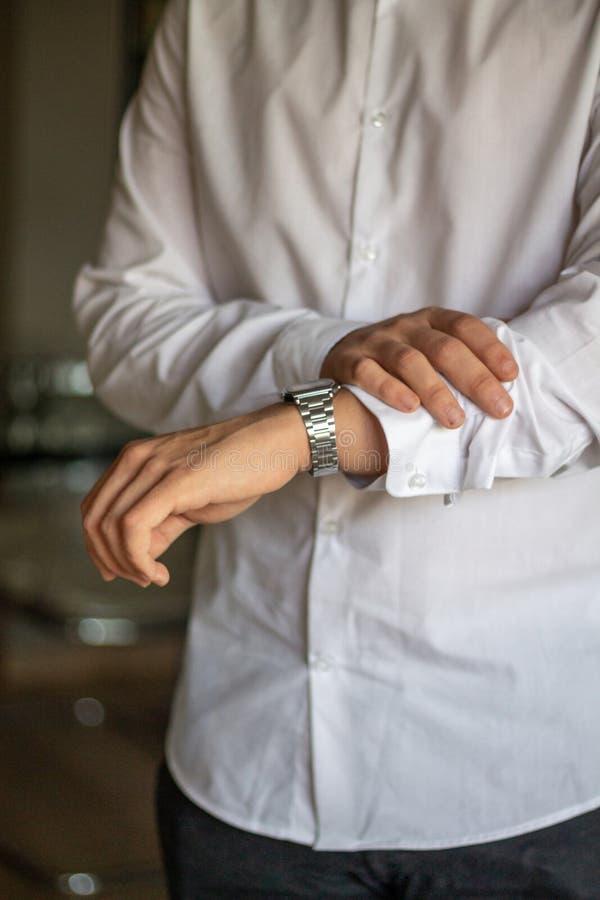 Retrato del empresario apuesto del hombre joven que trabaja en casa imagen de archivo libre de regalías