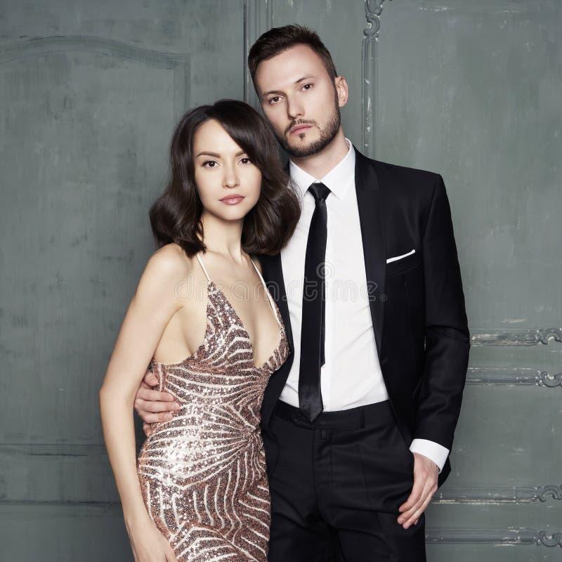 Retrato del encanto de amantes jovenes atractivos Hombre y mujer elegantes de moda fotografía de archivo