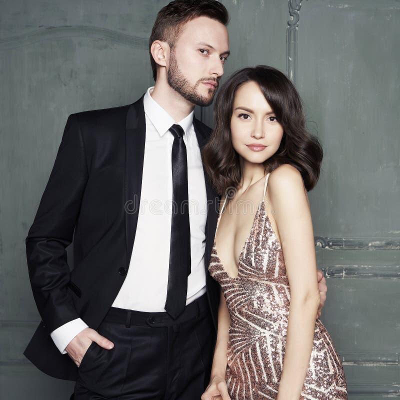 Retrato del encanto de amantes jovenes atractivos Hombre y mujer elegantes de moda foto de archivo libre de regalías