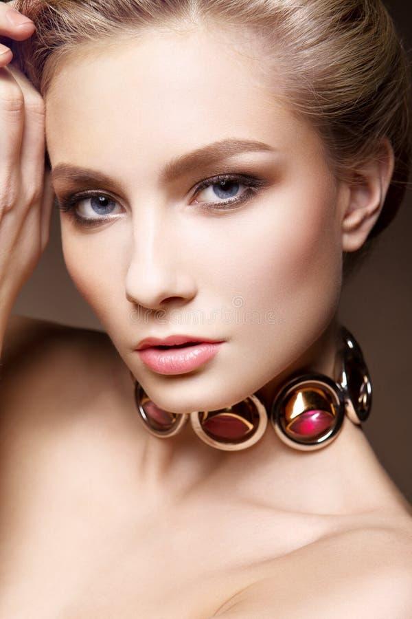 Retrato del encanto del modelo hermoso de la mujer con maquillaje diario fresco y el peinado romántico fotografía de archivo