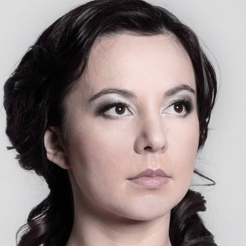 Retrato del encanto del modelo hermoso de la mujer con concepto sano de la piel del maquillaje diario fresco aislado en el fondo  foto de archivo