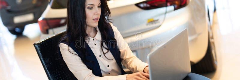 Retrato del encargado de ventas hermoso que trabaja en el ordenador portátil imagen de archivo libre de regalías