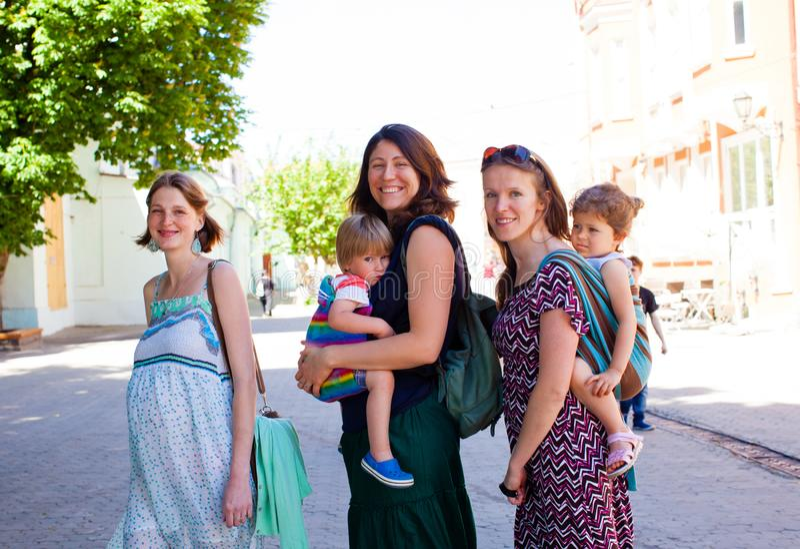 Retrato del encuentro joven de tres madres al aire libre fotos de archivo