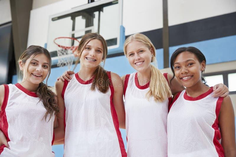 Retrato del equipo de baloncesto femenino de la High School secundaria foto de archivo libre de regalías