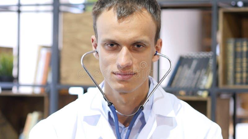 Retrato del estetoscopio del doctor Wearing en oídos fotografía de archivo