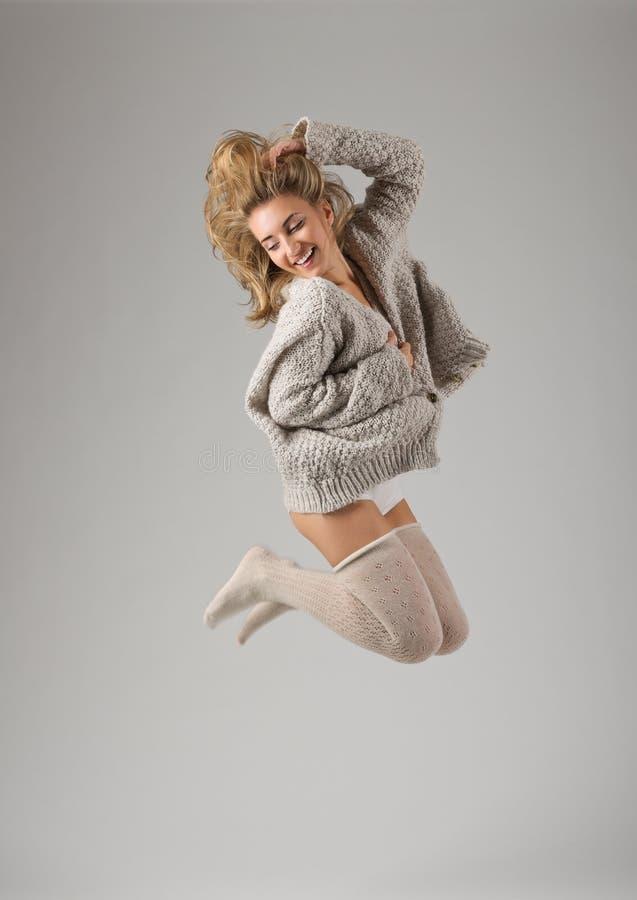 Retrato del estilo de la manera de la muchacha de salto joven imagenes de archivo