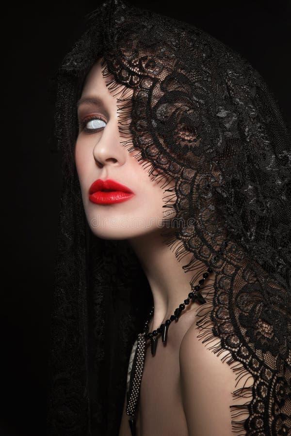 Retrato del estilo del vintage de la mujer hermosa joven con el zombi Pasillo imagen de archivo libre de regalías