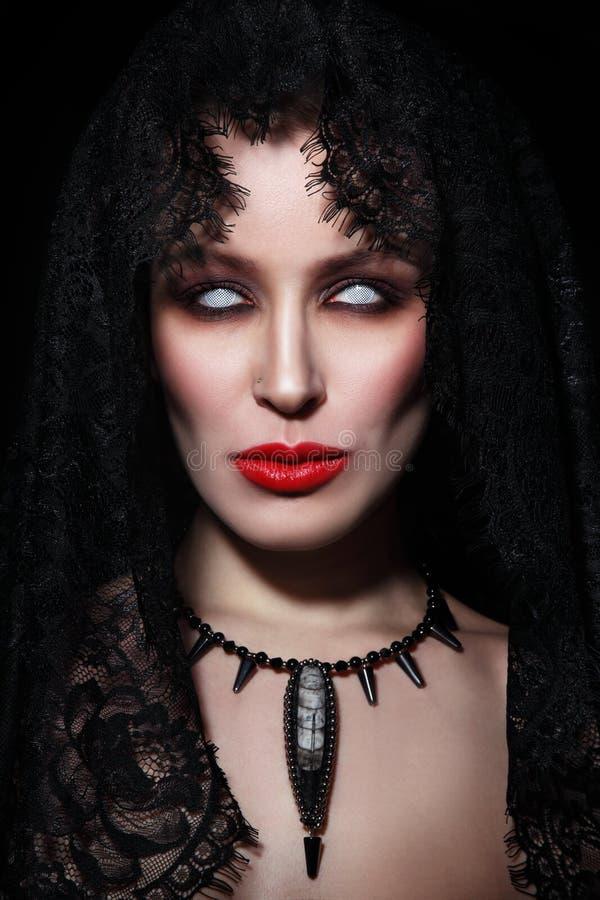 Retrato del estilo del vintage de la mujer hermosa joven con el zombi Pasillo fotos de archivo libres de regalías
