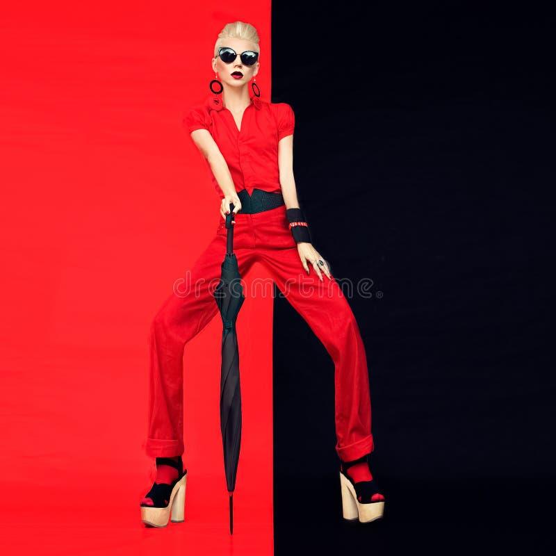 Retrato del estilo negro y rojo atractivo de la señora del fashoin fotos de archivo libres de regalías