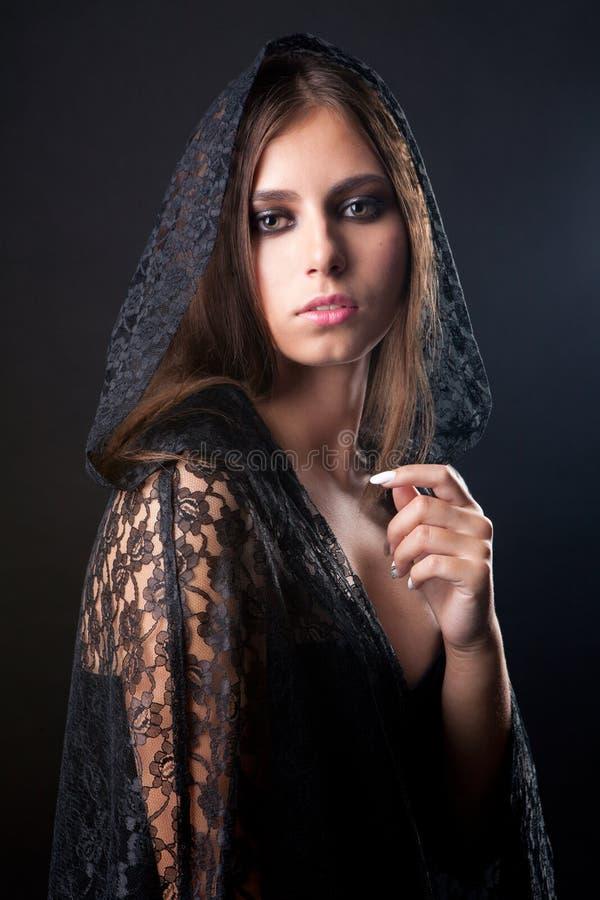 Retrato del estilo del vintage de la mujer hermosa joven de la bruja foto de archivo