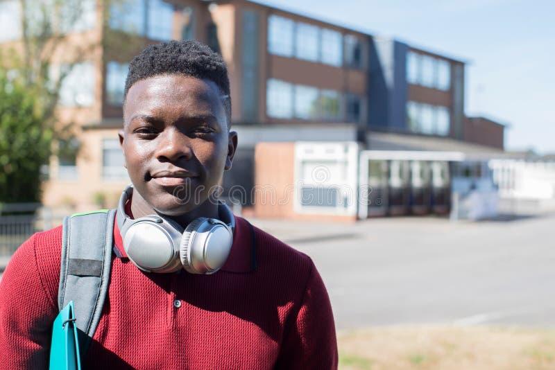 Retrato del estudiante adolescente masculino Outside College Building Wearin imagen de archivo libre de regalías