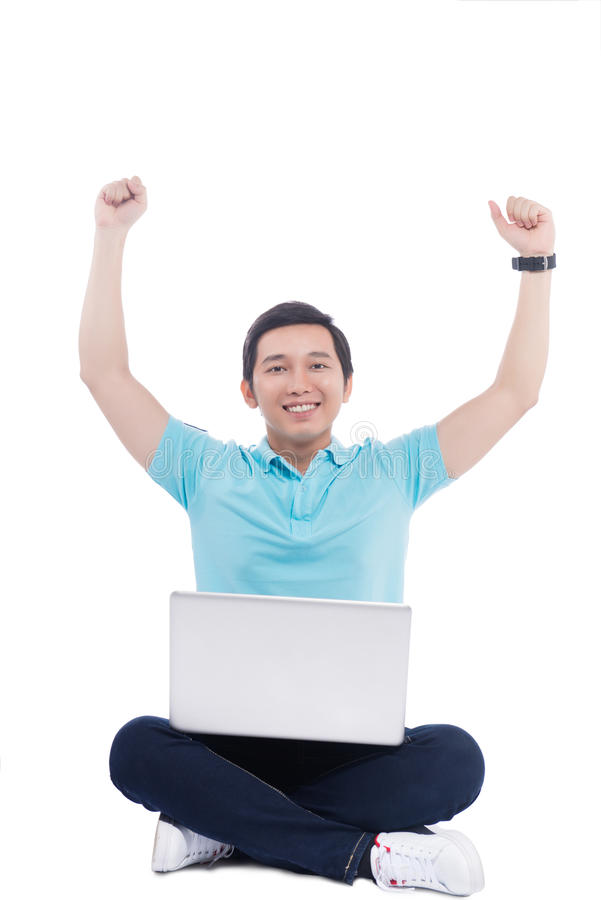 Retrato del estudiante asiático joven que sostiene el ordenador portátil imagen de archivo