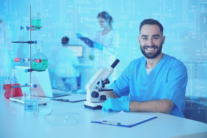 Retrato del estudiante de medicina que trabaja en laboratorio cient?fico Tono del color foto de archivo libre de regalías