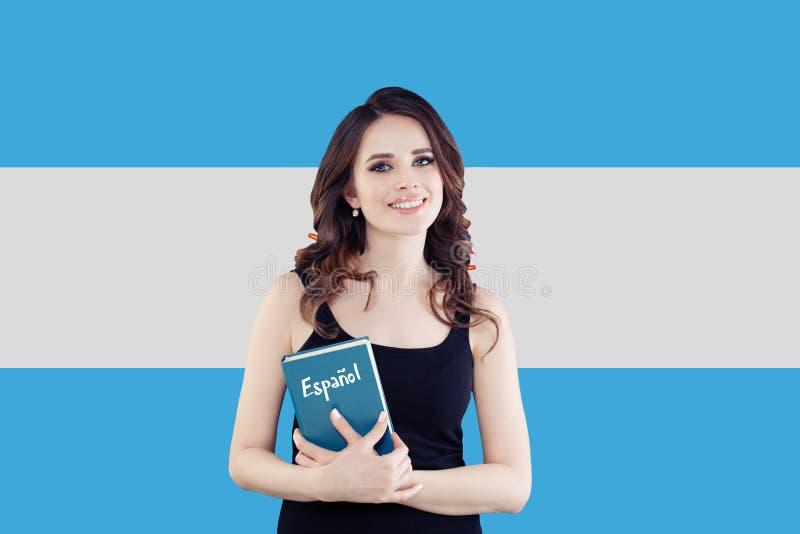 Retrato del estudiante de mujer feliz en el fondo de la bandera de la Argentina Viaje y aprender lengua española fotos de archivo libres de regalías