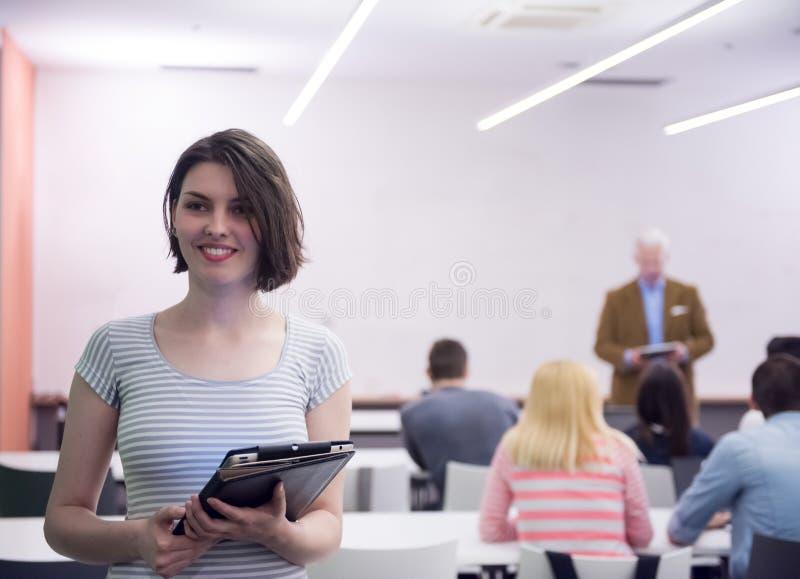 Retrato del estudiante feliz en sala de clase fotografía de archivo