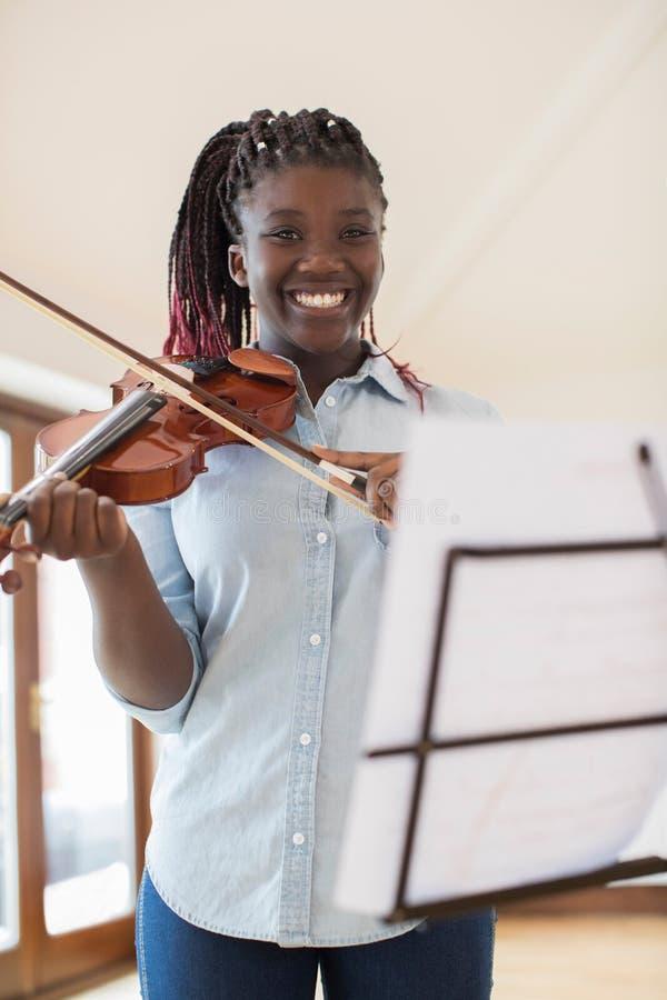 Retrato del estudiante femenino Playing Violin de la High School secundaria fotografía de archivo libre de regalías