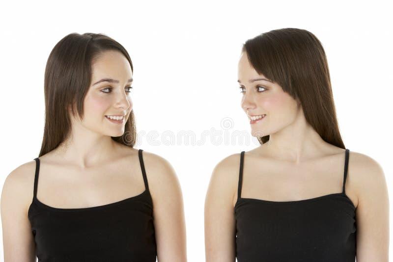 Retrato del estudio de gemelos adolescentes foto de archivo