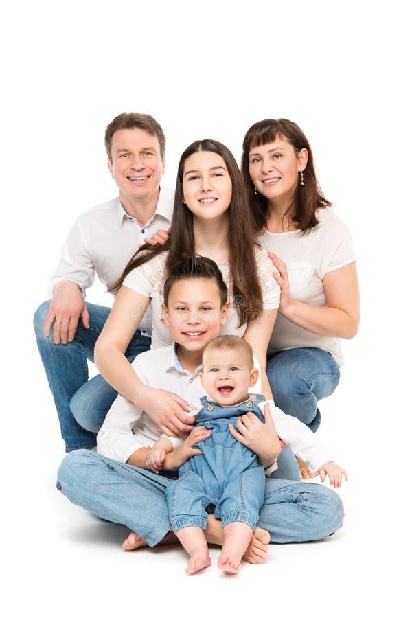 Retrato del estudio de la familia, padres felices y tres niños con el bebé en blanco imagenes de archivo