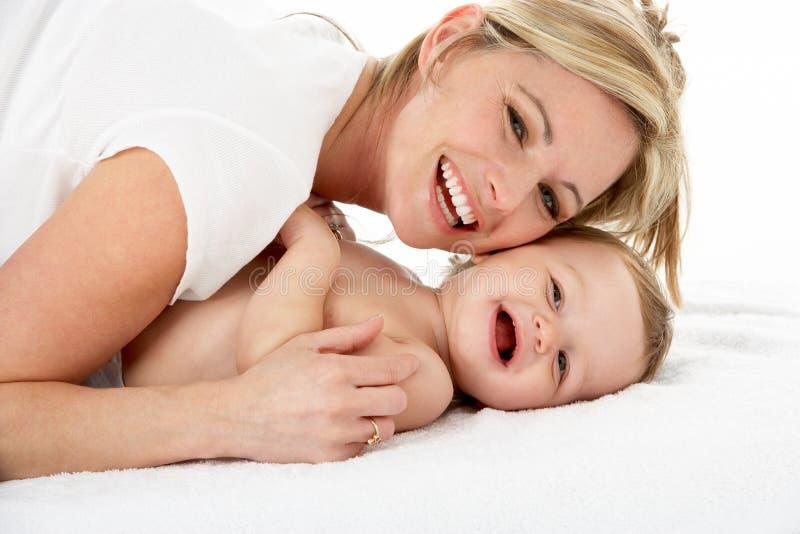 Retrato del estudio de la madre con el bebé joven foto de archivo
