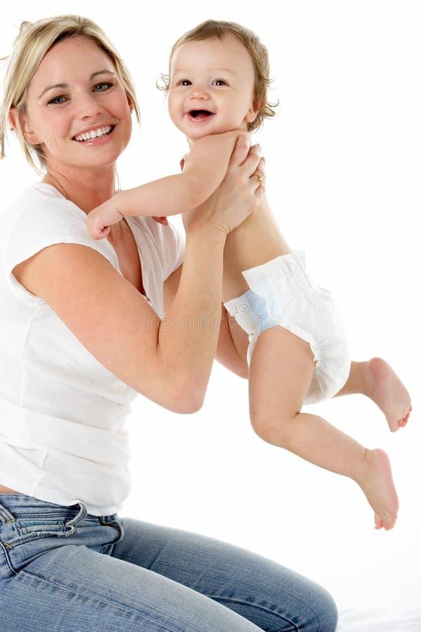 Retrato del estudio de la madre con el bebé joven foto de archivo libre de regalías