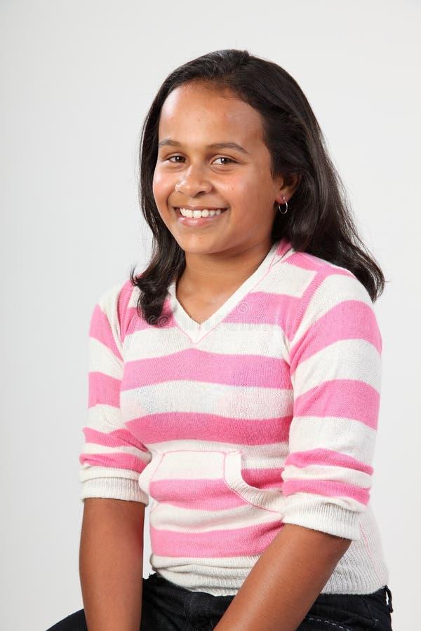 Retrato del estudio de la muchacha étnica feliz 11 de la escuela imagenes de archivo