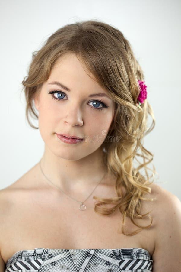 Retrato del estudio de la muchacha joven del adolescente imagenes de archivo