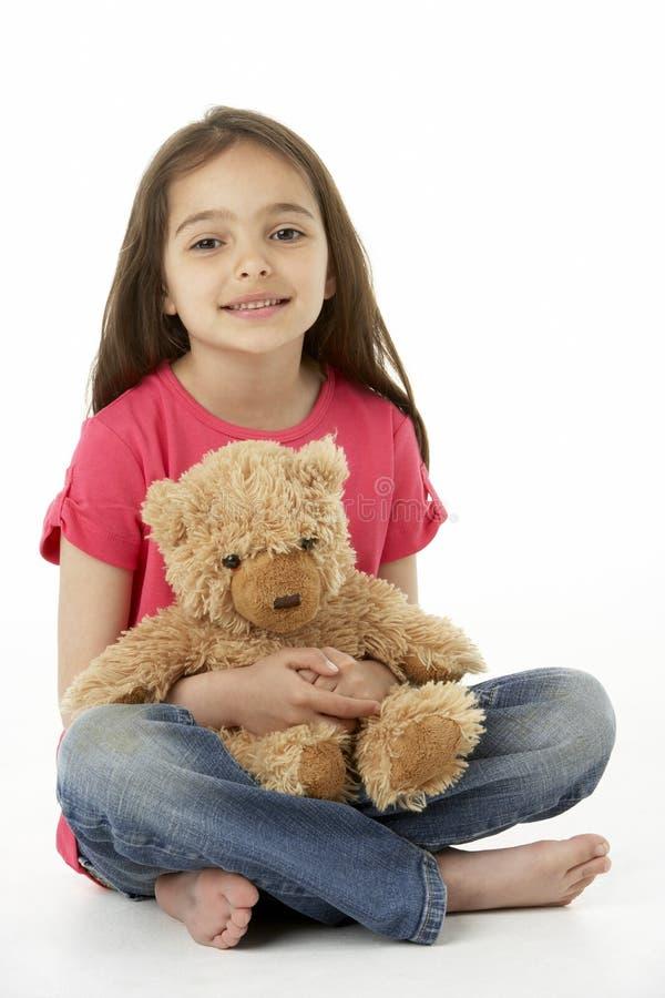 Retrato del estudio de la muchacha sonriente con el oso del peluche fotos de archivo