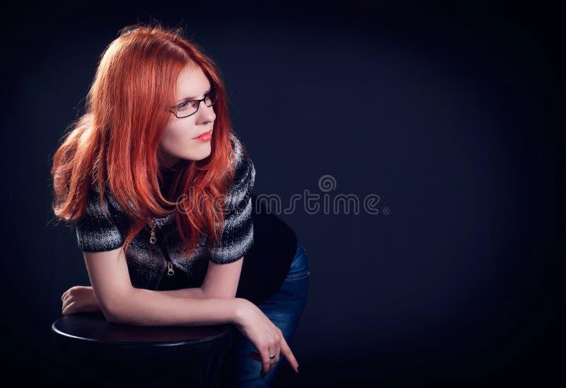 Retrato del estudio de la mujer joven hermosa con el pelo del jengibre imágenes de archivo libres de regalías