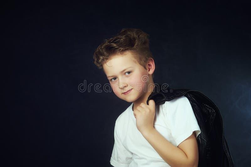 Retrato del estudio de un niño pequeño hermoso en un fondo oscuro foto de archivo libre de regalías