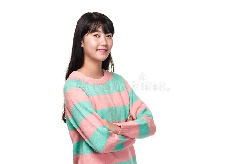 Retrato del estudio de una mujer asiática del este adolescente con los brazos doblados fotos de archivo libres de regalías