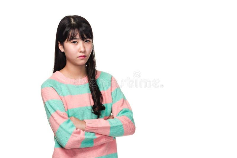 Retrato del estudio de una mujer asiática del este adolescente con los brazos doblados foto de archivo