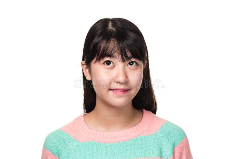 Retrato del estudio de una mujer asiática del este adolescente que sonríe y que mira en alguna parte imagen de archivo libre de regalías
