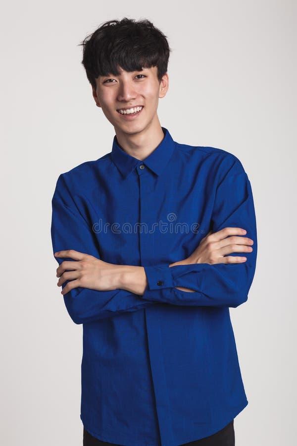 Retrato del estudio de una sonrisa asiática del hombre confiada y feliz foto de archivo libre de regalías