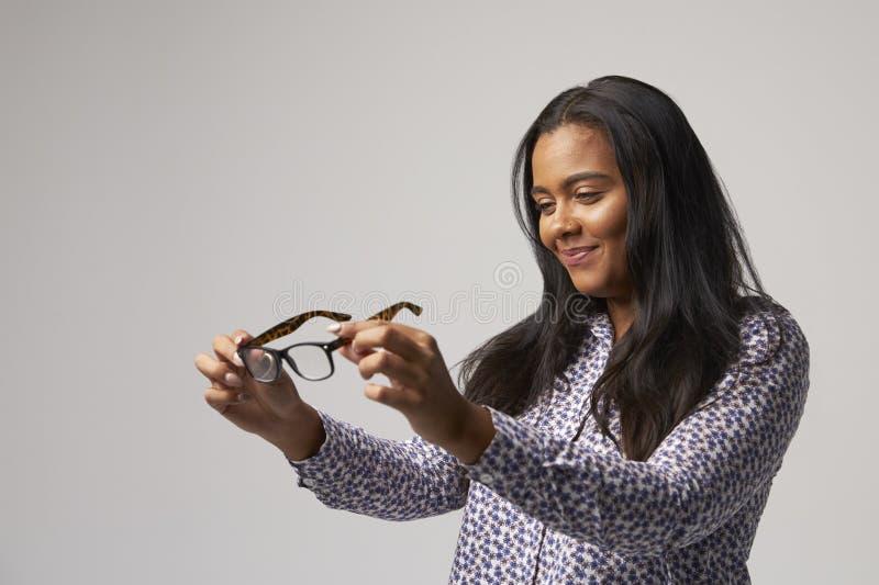 Retrato del estudio del óptico femenino Looking At Spectacles fotos de archivo libres de regalías