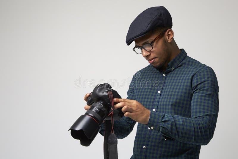 Retrato del estudio del fotógrafo de sexo masculino With Camera imágenes de archivo libres de regalías