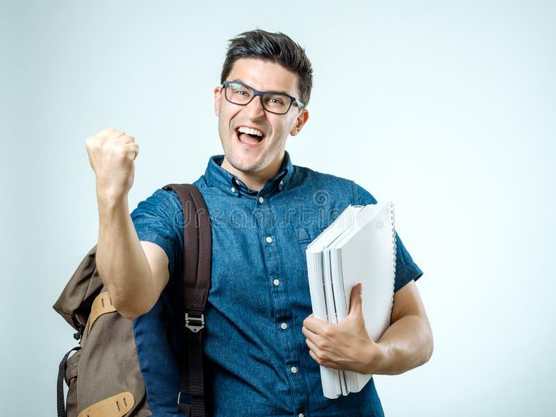 Retrato del estudio del hombre joven hermoso con la mochila imágenes de archivo libres de regalías