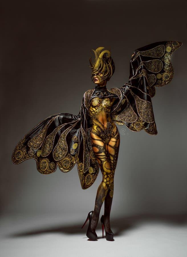 Retrato del estudio del modelo hermoso con arte de cuerpo de oro de la mariposa de la fantasía fotografía de archivo libre de regalías