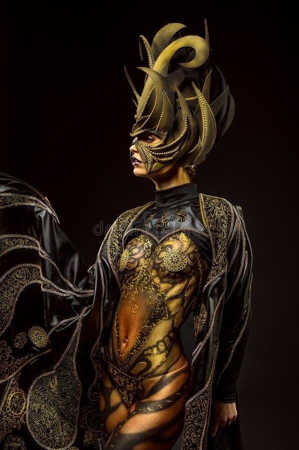 Retrato del estudio del modelo hermoso con arte de cuerpo de oro de la mariposa de la fantasía imagen de archivo libre de regalías