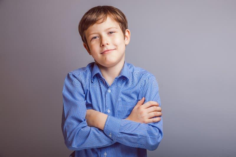 Retrato del europeo marrón sonriente del pelo del muchacho foto de archivo