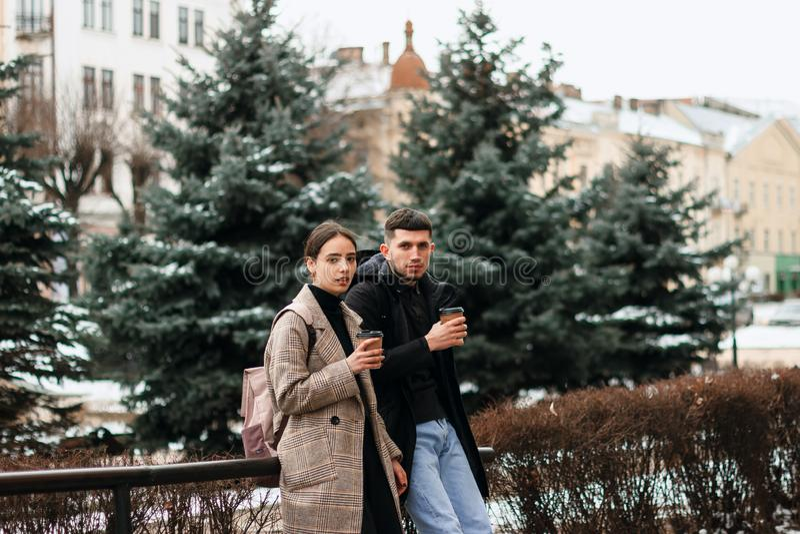 Retrato del exterior joven hermoso de los pares en el centro de ciudad imagen de archivo