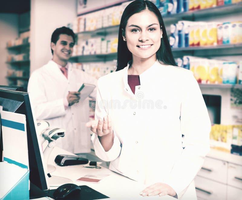Retrato del farmacéutico y del trabajo auxiliar fotografía de archivo libre de regalías